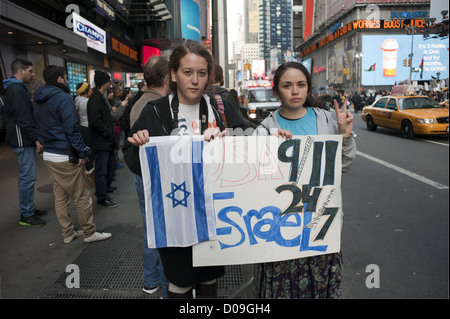 Teenage girls march through Times Square in Manhattan to protest Palestinian rocket attacks in Israel, Nov.18, 2012 - Stock Photo