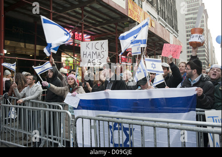 Pro-Israel demonstrators at 42nd St. in Manhattan protest Palestinian rocket attacks on Israel, November 18, 2012. - Stock Photo