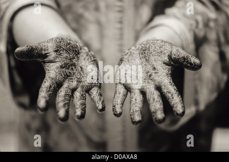 HANDS PAINTED TEMPORARY TATTOOS REPRODUCING EMBROIDERY MARRAKECH TRADITIONAL MAKE-UP MARRAKECH MARRAKECH MOROCCO - Stock Photo