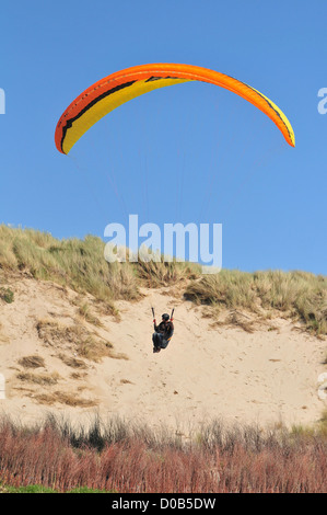 PARAGLIDER LANDING ON THE DUNES BEACH OF QUEND BAY OF SOMME SOMME (80) FRANCE - Stock Photo