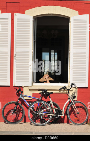 BIKES IN FRONT OF THE HOTEL RESTAURANT LES TOURELLES ECOTOURISM LE CROTOY BAY OF SOMME SOMME (80) FRANCE - Stock Photo