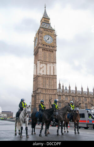 London, UK. 20/11/12. Police on horseback wear riot gear as they stand guard at the Houses of Parliamentin in anticipation - Stock Photo