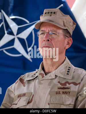 US Navy Admiral Mike Mullen, Chairman of the Joint Chiefs of Staff looks on as General David Petraeus speaks to - Stock Photo