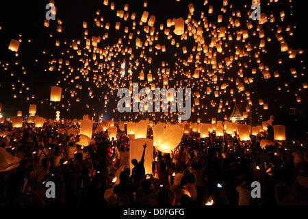 Chiang Mai, Thailand. 24th November 2012. Khom Loy Lanterns at the Yee Peng Sansai Floating Lantern Ceremony, part - Stock Photo