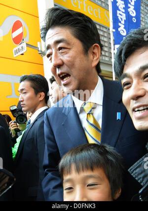 November 24, 2012, Tokyo, Japan - Shinzo Abe, president of Japan's opposition Liberal Democratic Party, takes to - Stock Photo