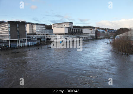 Durham, UK. 27th November 2012. River Wear overflows and floods road within  Durham City adjacent to the National - Stock Photo