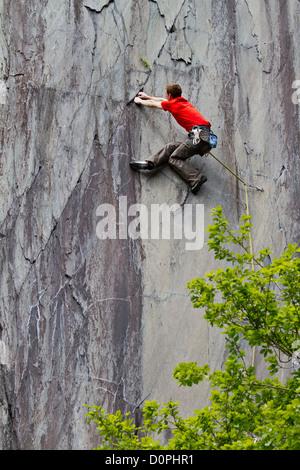 A rock climber in the Vivian slate quarries, near Llanberis, Gwynedd - Stock Photo