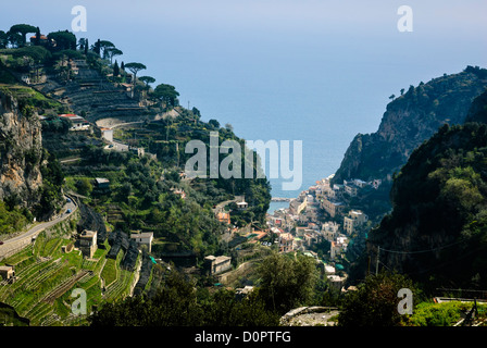 Panoramic view from the hiking trail between Amalfi and Atrani with typical terraced lemon cultivation (sfusato - Stock Photo