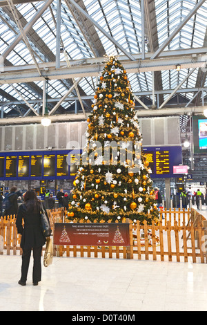 Christmas tree in Glasgow Central Station, Scotland, UK - Stock Photo