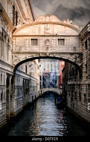 The Bridge of Sighs passes over the Rio di Palazzo and connects the New Prison to the interrogation rooms in the - Stock Photo