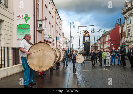 Londonderry, Northern Ireland, UK. 1st December 2012. Lambeg drummers in Londonderry awaiting the burning of the - Stock Photo