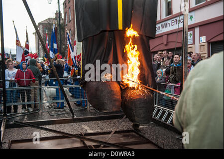 Londonderry, Northern Ireland, UK. 1st December 2012. The feet of the Lundy effigy being set alight. - Stock Photo