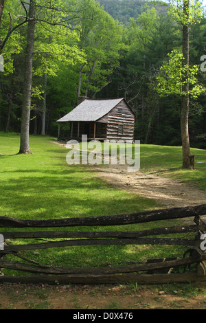 Carter Shields Cabin. Historic House in Cades Cove, Great Smoky Mountains National Park. Townsend, Tennessee, USA. - Stock Photo