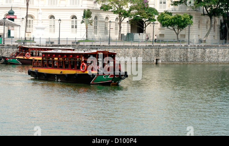 Tour boat with tourists sightseeing on the Singapore River, Singapore, Asia - Stock Photo