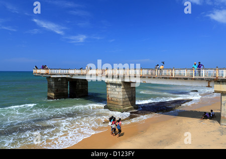 People relaxing on the beach at Galle Face Green Pier in Colombo, Sri Lanka. - Stock Photo