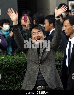 December 6, 2012, Omiya, Japan - Toru Hashimoto, deputy leader of the Japan Restoration Party, waves to supporters - Stock Photo