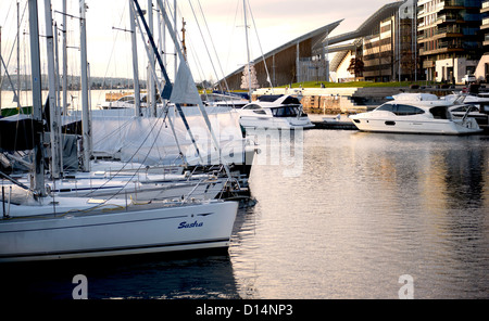 Early morning at the Aker Brygge waterfront and marina with view of Tjuvholmen's Astrup Fearnley museum and yachts, - Stock Photo