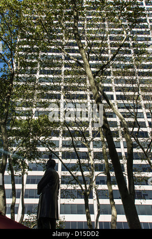 W.R. Grace Building seen from Bryant Park, 42nd Street, Midtown Manhattan, New York City - Stock Photo