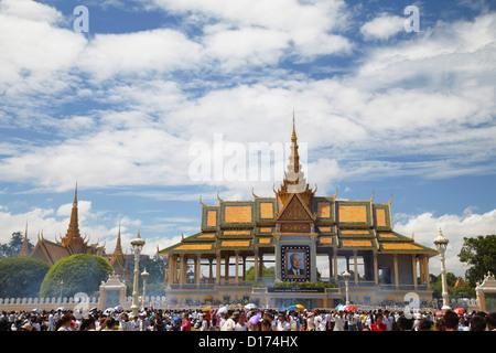 Crowds mourning the late King Sihanouk outside Chan Chaya Pavilion, Phnom Penh, Cambodia - Stock Photo