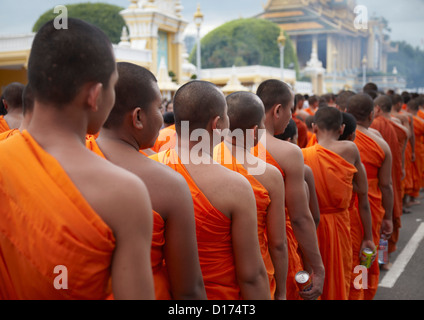 Monks in mourning parade for the late King Sihnaouk outside Royal Palace, Phnom Penh, Cambodia - Stock Photo