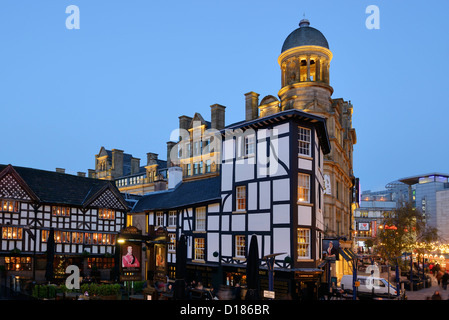 The Old Wellington pub and Sinclairs Oyster Bar in front of The Corn Exchange in Manchester City Centre - Stock Photo