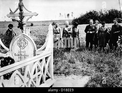 Memorial Day in 1932 observance at the grave of Quentin Roosevelt, son of President Theodore Roosevelt. In 1917, - Stock Photo