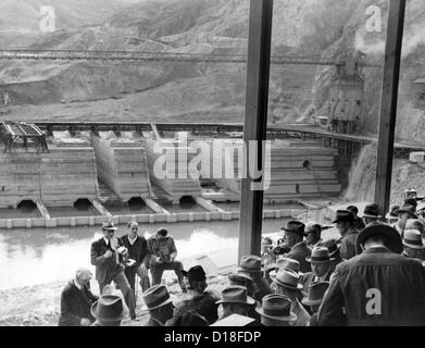 President Franklin Roosevelt inspects Grand Coulee Dam. Among many others, FDR (in lower left) listens to chief - Stock Photo