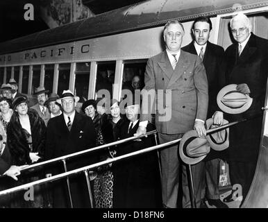 President Franklin Roosevelt inspects the new Union Pacific Streamliners. He is with Averill Harriman, Chairman - Stock Photo