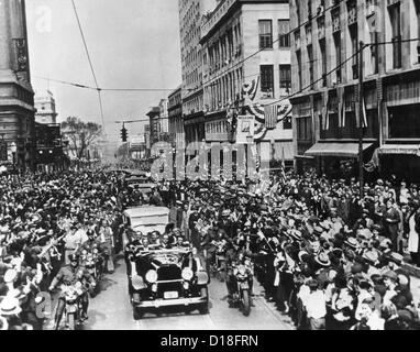 Governor Franklin Roosevelt campaigning for President in Atlanta. FDR waves his hat at the crowds from the back - Stock Photo