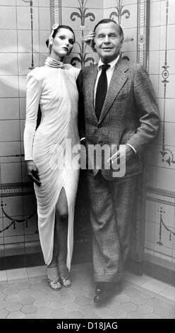 Model Marlene Zipp visiting fashion designer Bill Blass. Ca. Sept. 20, 1979. (CSU_ALPHA_1323) CSU Archives/Everett - Stock Photo