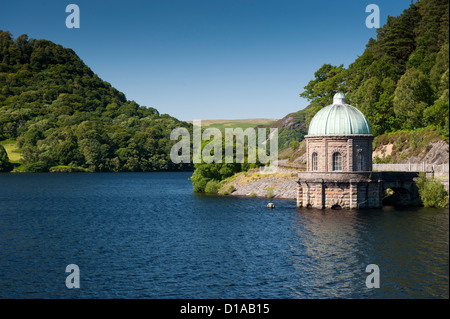 Garreg Ddu Reservoir in the Elan Valley, Mid-Wales, showing the pumping station. - Stock Photo