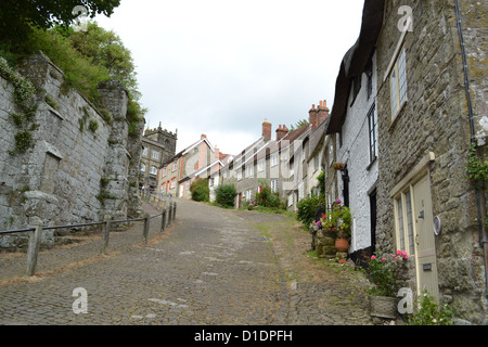Gold Hill in Shaftesbury, Dorset. This picturesque hill has been used in many adverts and chocolate boxes. - Stock Photo