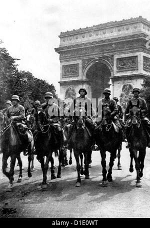 Soldiers of the German Wehrmacht from Lower Saxony are pictured in front of Arc de Triomphe during the German invasion - Stock Photo