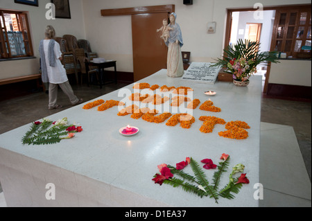 The day's selected thought spelled out in marigolds on the tomb of Mother Theresa, Kolkata, West Bengal, India, - Stock Photo