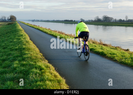 The River Dee cycle path which runs on the top of the protective flood defences - Stock Photo