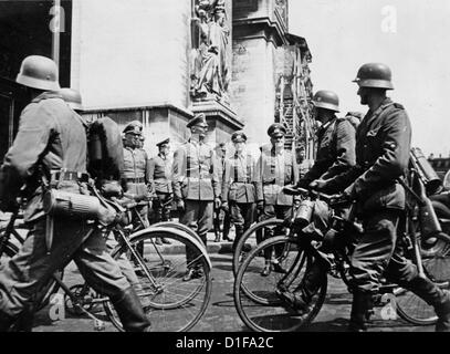 German troops invade Paris in June 1940 - German bicycle battalion march along German Generals at Arc de Triomphe. - Stock Photo