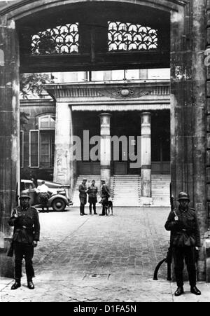 The German Embassy is reopened after the invasion of German troops in Paris, France, in June 1940. Photo: Berliner - Stock Photo