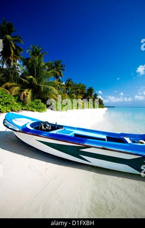 A small dinghy on a tropical beach, Maldives, Indian Ocean, Asia - Stock Photo