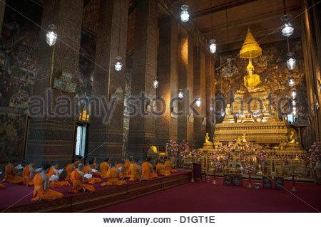 Monks praying in a Buddhist temple, Bangkok, Thailand, Southeast Asia, Asia - Stock Photo