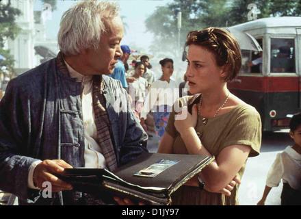 Rangoon - Im Herzen Des Sturms  Beyond Rangoon  U Aung Ko, Patricia Arquette Laura Bowman (Patricia Arquette) lernt - Stock Photo