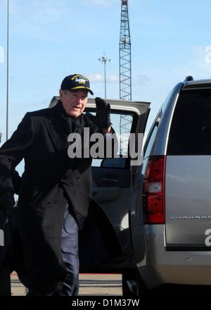 Former President George H.W. Bush departs the aircraft carrier George H.W. Bush (CVN 77) at Naval Station Norfolk, Va., Jan. 8, Stock Photo