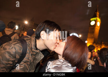 New Years Eve celebrations, Westminster, London, UK.01.01.2013 Chinese tourists share a romantic New Years Eve kiss - Stock Photo