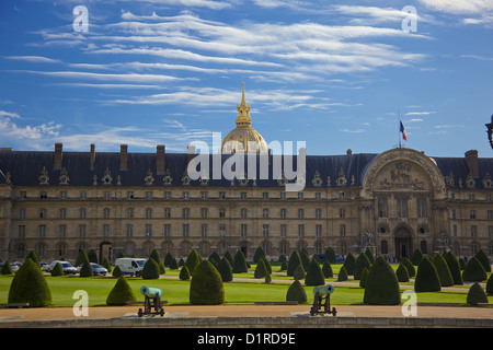 The Hotel des Invalides, Paris France. The Hotel des Invalides houses the national army museum and the tomb of Napoleon - Stock Photo