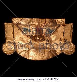 Peru, funerary mask made of laminated gold; 860 gr. 64x39 cm., Chimu Culture (1100 - 1532) North coast - Stock Photo