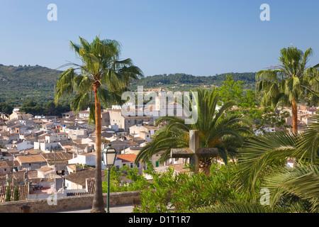 Artà, Mallorca, Balearic Islands, Spain. View over palm-trees to the Convent de Sant Antoni de Pàdua. - Stock Photo