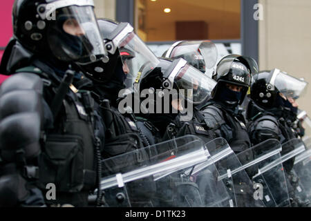 Belfast, UK. 5th Jan, 2013. A line of PSNI officers in riot gear, at the ongoing flag protests which took place - Stock Photo