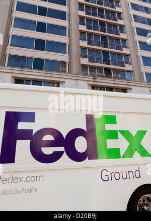 FedEx Ground delivery truck in front of office tower - Stock Photo