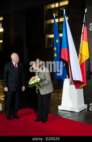German Chancellor Angela Merkel (CDU) welcomes Czech President Vaclav Klaus in front of the Federal Chancellery - Stock Photo