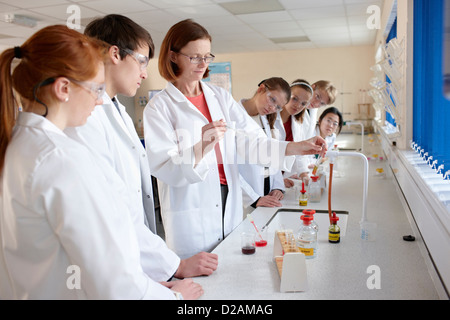 Students and teacher in chemistry lab - Stock Photo