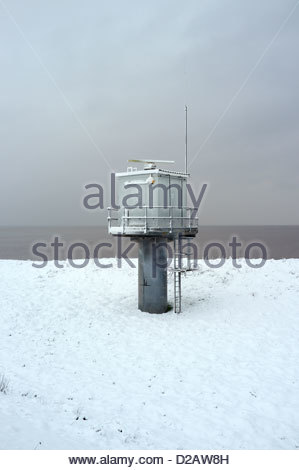 A shore based fixed radar station in the snow, at Severn Beach, on the Bristol Channel, South Gloucestershire, UK. - Stock Photo